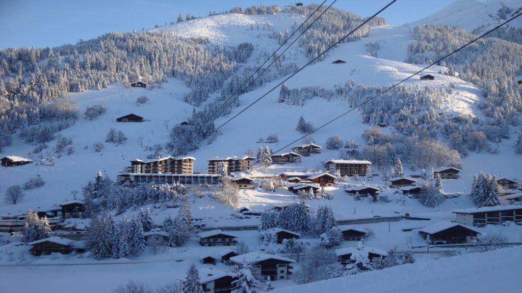 La-Clusaz-Locations-Chalet-Ecaille-Argent-Chalet-Fleurs-des-Alpes-Départ-ski1-1-1024x576
